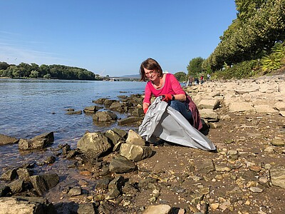 Priska Hinz beim Rhine Clean up Day 201 in Wiesbaden.